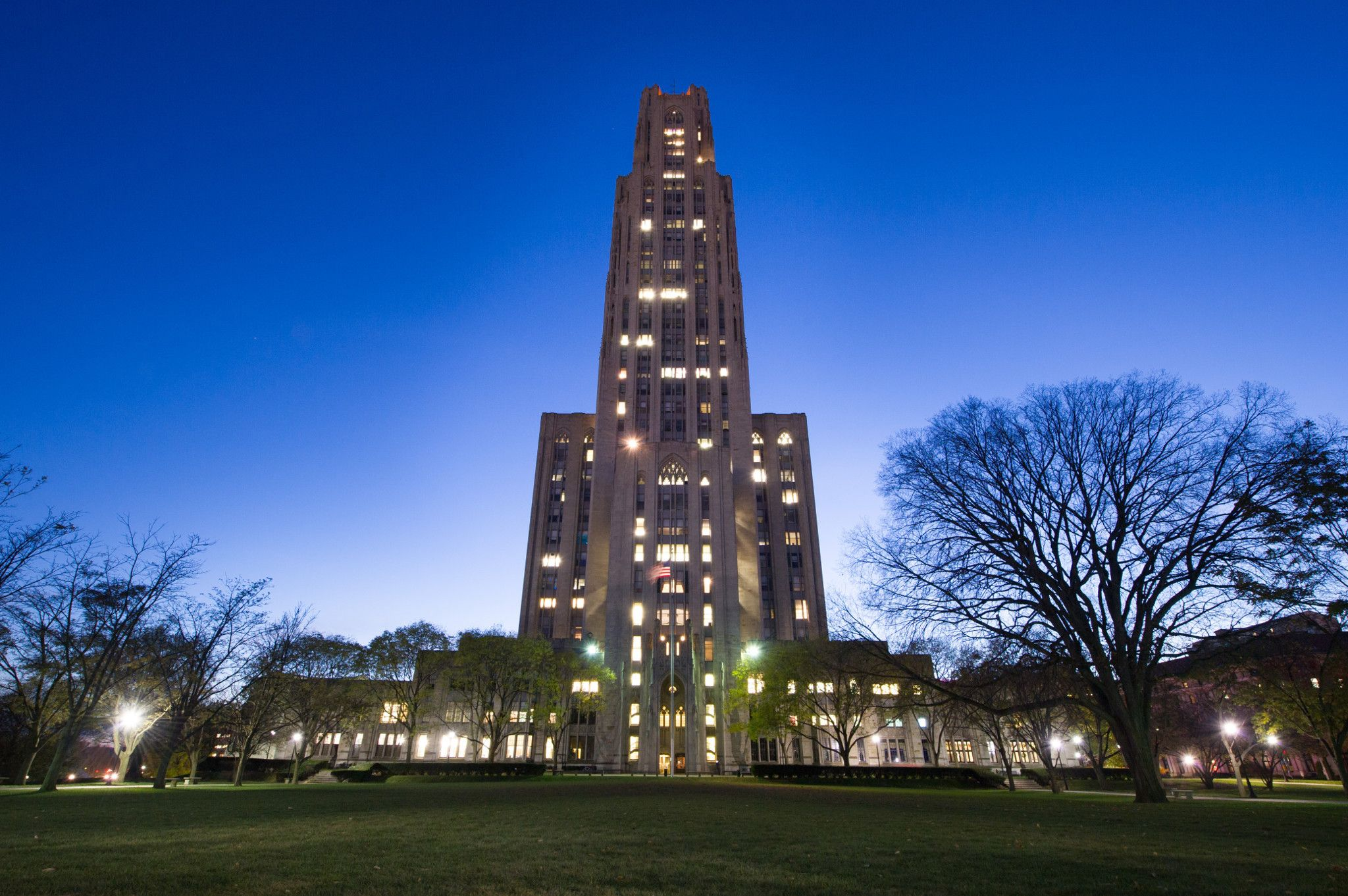A photograph of the Cathedral of Learning at night